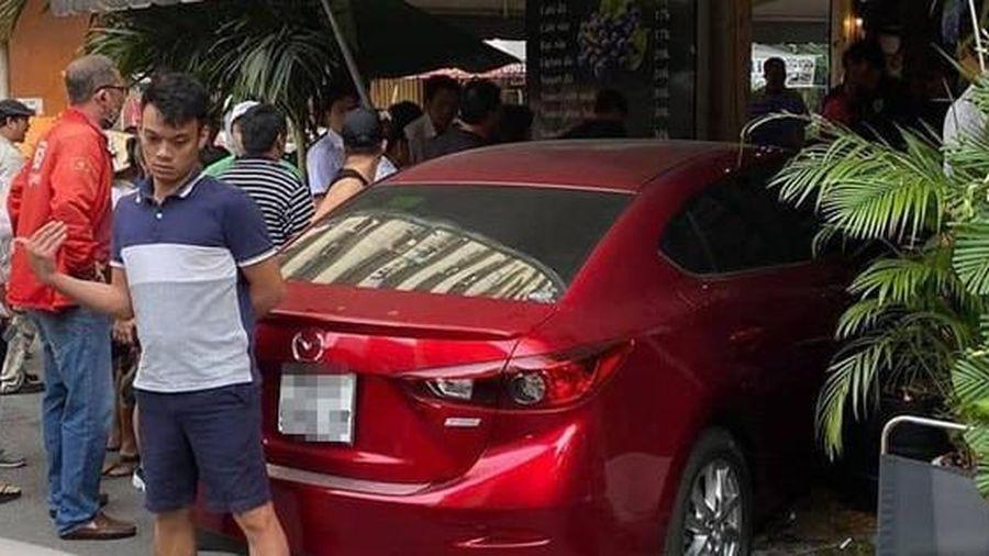 Nhiều người tháo chạy khi xe ô tô lao thẳng vào quán cà phê