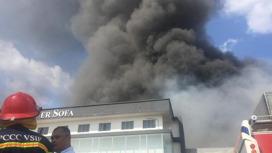 Bình Dương: Công ty sản xuất ghế sofa cháy ngùn ngụt, khói bốc cao ngút trời khiến người dân hoảng hồn