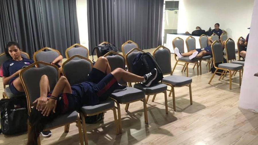 Drama không hồi kết tại SEA Games 30: Tưởng chỉ nước bạn gặp khó, ai ngờ tuyển chủ nhà cũng bị đối xử tệ, làm cầu thủ phải than trời trên MXH