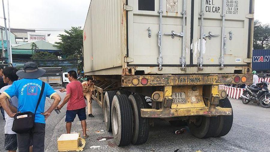 Hai vợ chồng ngã vào bánh container, người vợ thiệt mạng