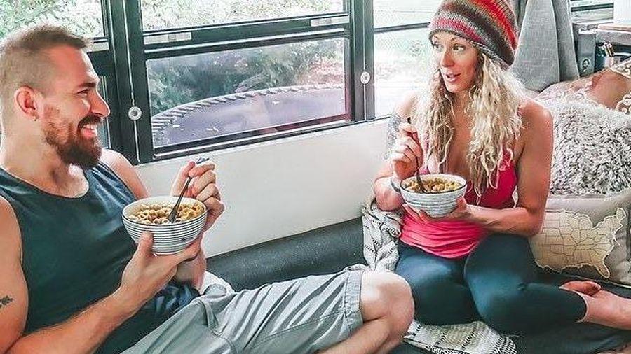 Cặp đôi bán gia tài, đi du lịch khắp nơi trên xe buýt