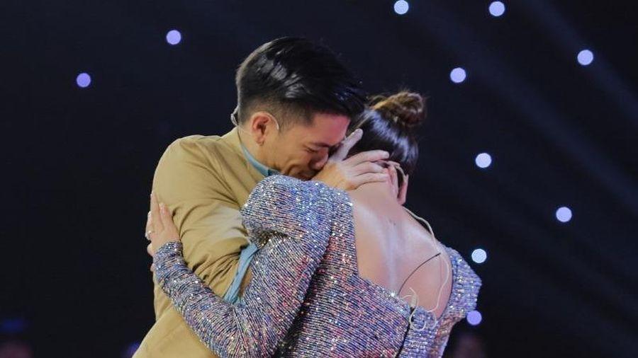 Trọng Hiếu bất ngờ cưỡng hôn Nam Thư trên truyền hình