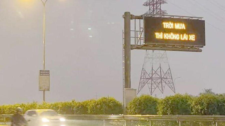 VECE lý giải dòng chữ 'Trời mưa thì không lái xe' trên cao tốc