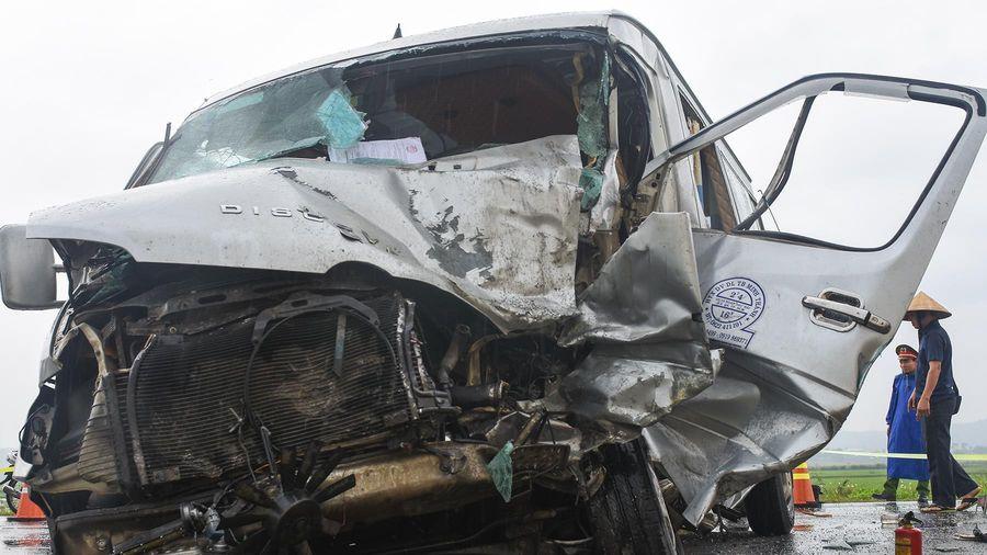 Nạn nhân gào khóc khi ôtô 16 chỗ đối đầu xe container
