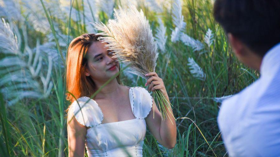 Đồng cỏ lau dưới chân núi Sơn Trà hút giới trẻ
