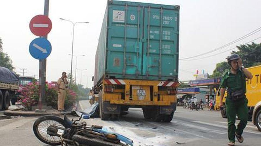 Vợ chết, chồng bị thương dưới gầm xe container