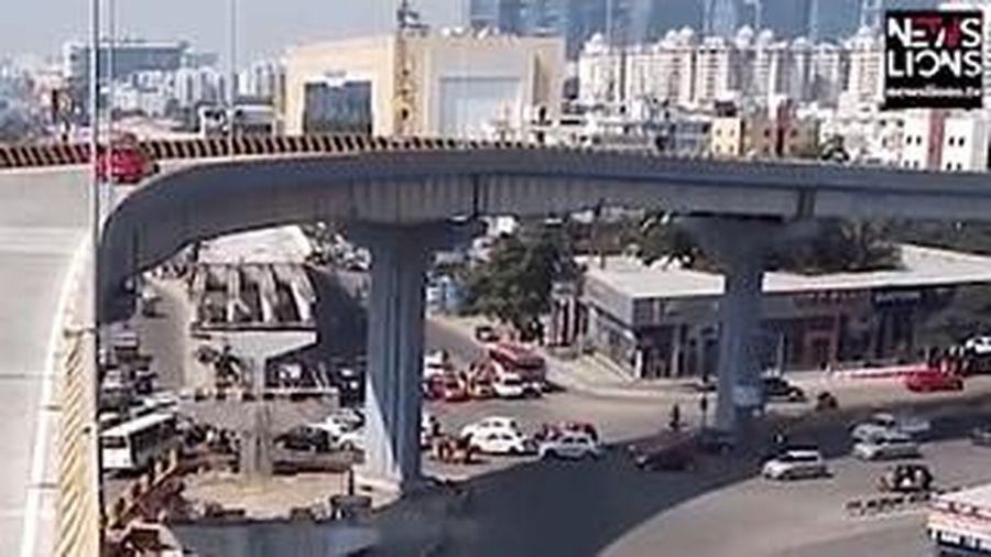Ôtô lao từ cầu vượt xuống đường trúng đám đông làm chết người