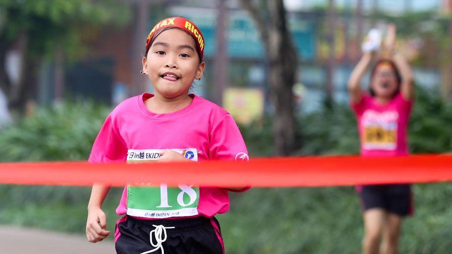 Hơn 500 người tham dự cuộc thi chạy tiếp sức
