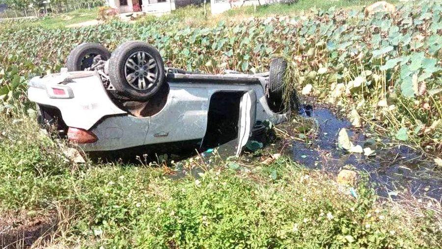 5 người thoát chết trong ôtô lật ngửa dưới ao sen
