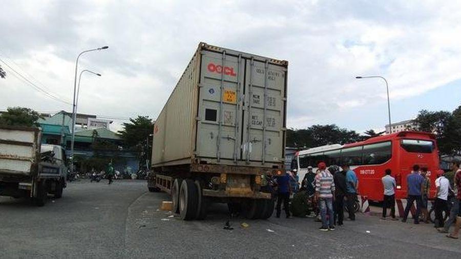 Vợ chết, chồng nguy kịch dưới gầm xe container ở cầu vượt Sóng Thần