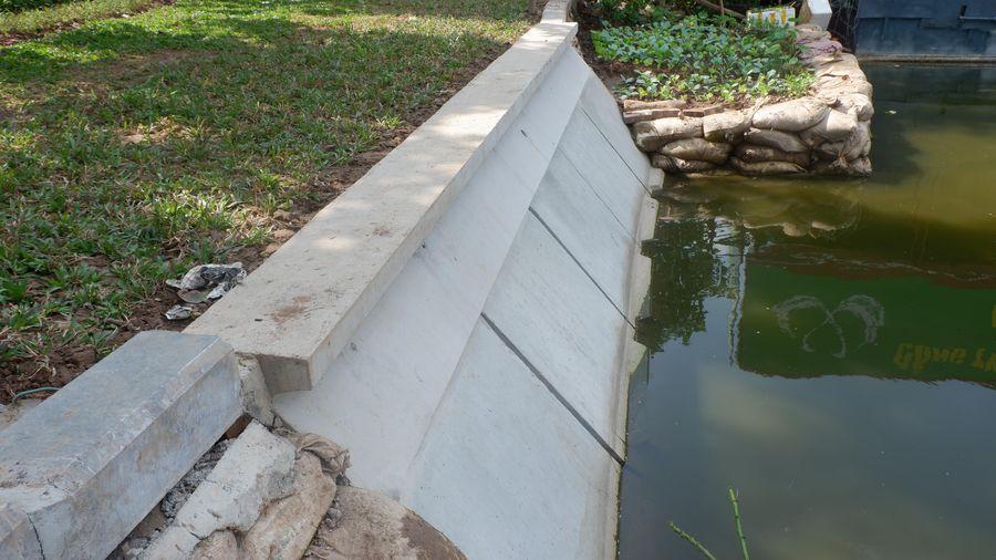 Bờ kè đang xuống cấp ở hồ Hoàn Kiếm được thay bằng bê-tông đúc sẵn