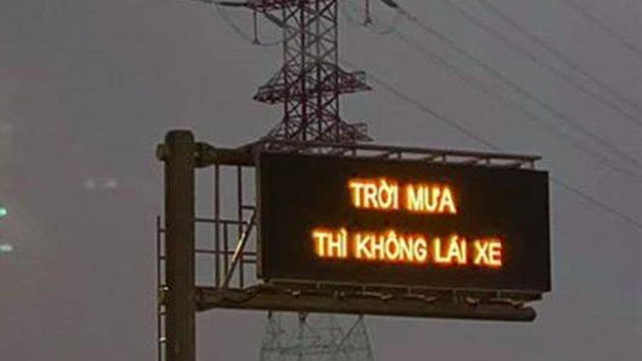 Cao tốc Long Thành xuất hiện dòng chữ 'Trời mưa thì không lái xe' khiến tài xế bối rối