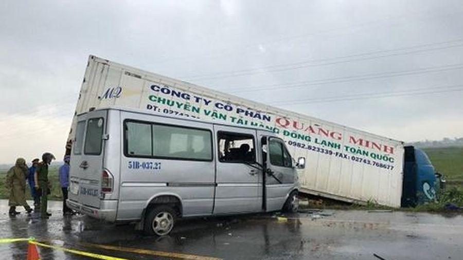Quảng Ngãi: Container va chạm xe khách chở các nhà sư, 13 người thương vong