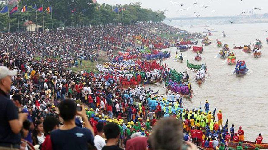 Cầu mùa màng bội thu trong Lễ hội Nước tại Campuchia