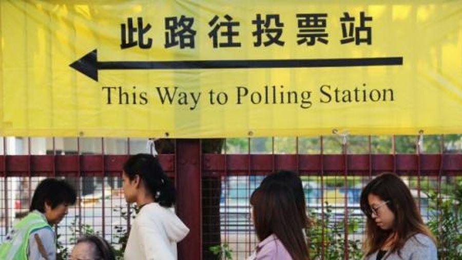Lo ngại biểu tình, người dân Hong Kong xếp hàng bỏ phiếu từ sáng sớm