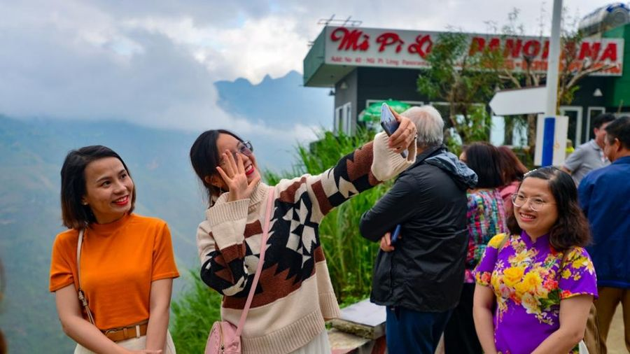 Du khách vẫn nhộn nhịp 'check in' ở Panorama Mã Pì Lèng