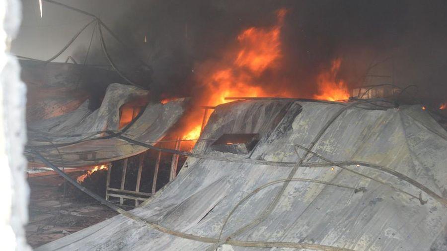 Cận cảnh lửa thiêu rụi 10.000 m2 nhà xưởng Công ty May Nhà Bè