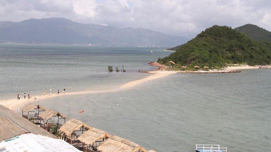 Độc đáo con đường giữa biển Khánh Hòa