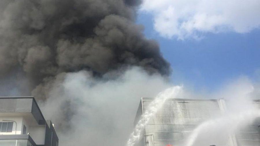 Cháy lớn ở công ty sản xuất bàn ghế Bình Dương