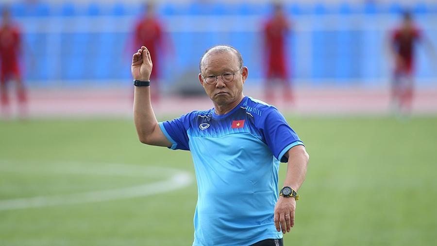 Lo cầu thủ chấn thương, HLV Park Hang Seo đi... nhặt sỏi