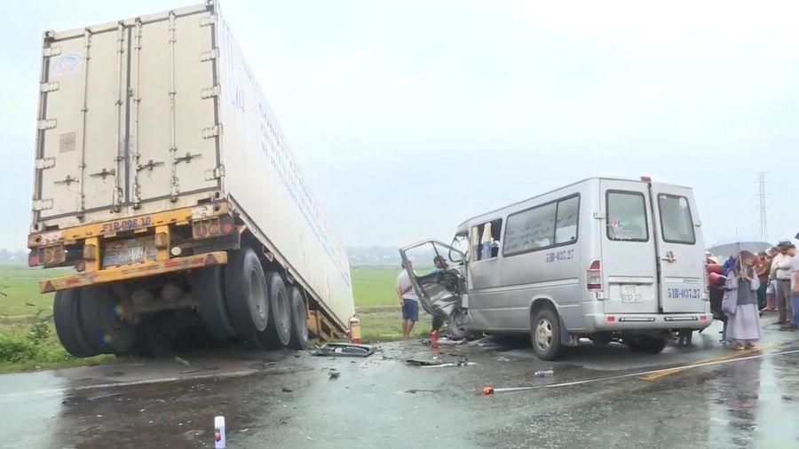 Quảng Ngãi: Container tông trực diện xe khách 16 chỗ, 13 người thương vong
