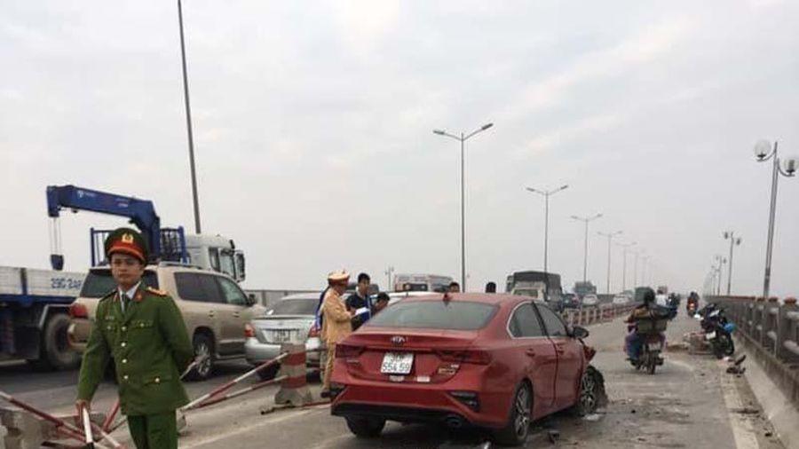 Hà Nội: Xe ô tô Kia 'đóng đinh' vào cột đèn, tài xế may mắn thoát nạn