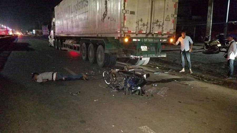 Tông đuôi container, thanh niên chết tại chỗ, xe máy nát vụn