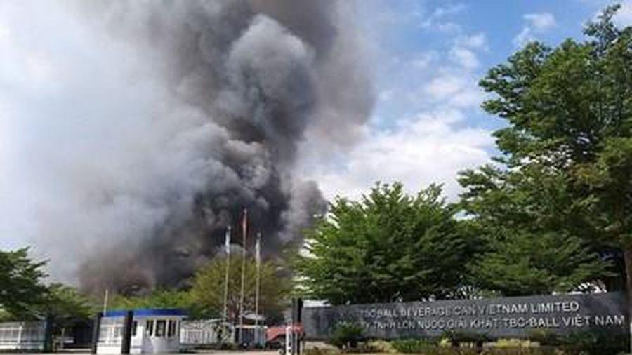 Cháy lớn, khói đen bốc cao hàng chục mét trong KCN Vsip II ở Bình Dương