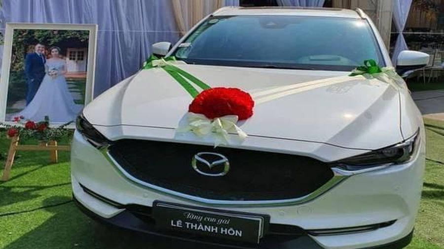 Đúng ngày cưới, bố tặng món quà khủng đặt trước rạp làm dân mạng hết lời ca ngợi