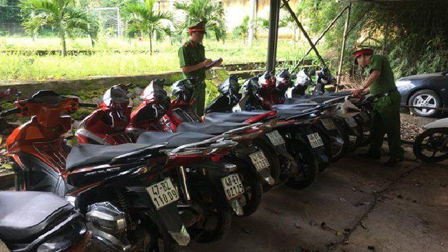 Khởi tố băng nhóm trộm xe máy, làm giả biển số rồi thay cà vẹt xe để tiêu thụ