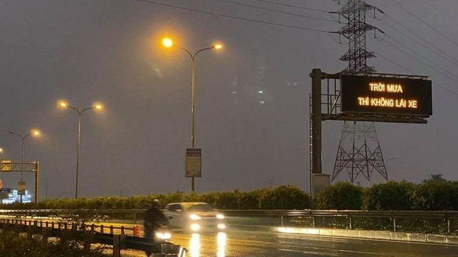 Tài xế hoang mang khó hiểu vì dòng chữ 'Trời mưa thì không lái xe' trên cao tốc Long Thành