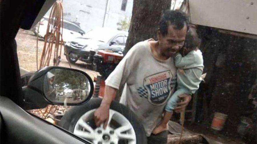 Ông bố đơn thân cõng theo con gái đi làm khiến cộng đồng xúc động