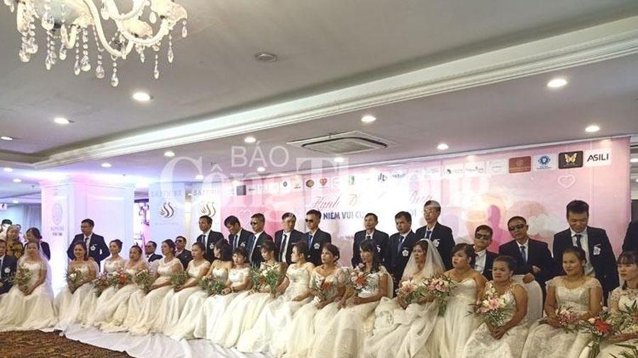 Đầm ấm lễ cưới tập thể dành cho các cặp đôi khiếm thị
