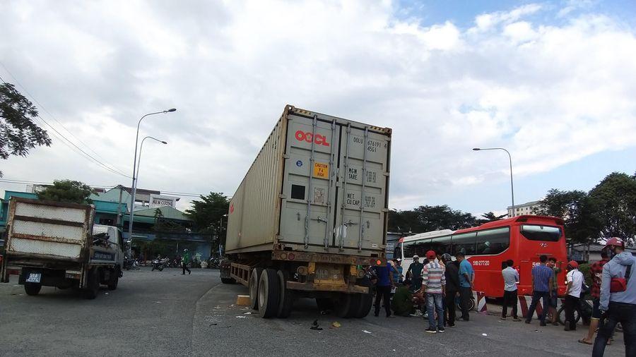 Chạy và làn ô tô bị xe container tông, vợ chết tại chỗ, chồng nguy kịch