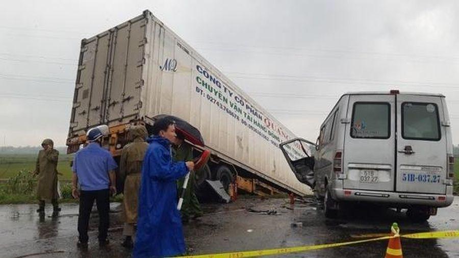 Quảng Ngãi: Xe container và xe khách tông trực diện, 13 sư thầy thương vong