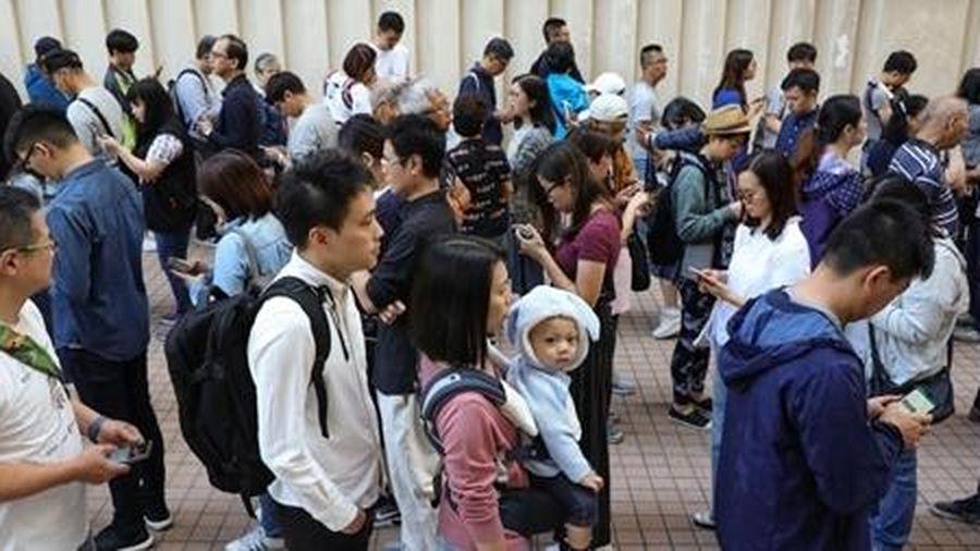 Người Hong Kong đi bầu cử đông kỷ lục giữa bất ổn chính trị