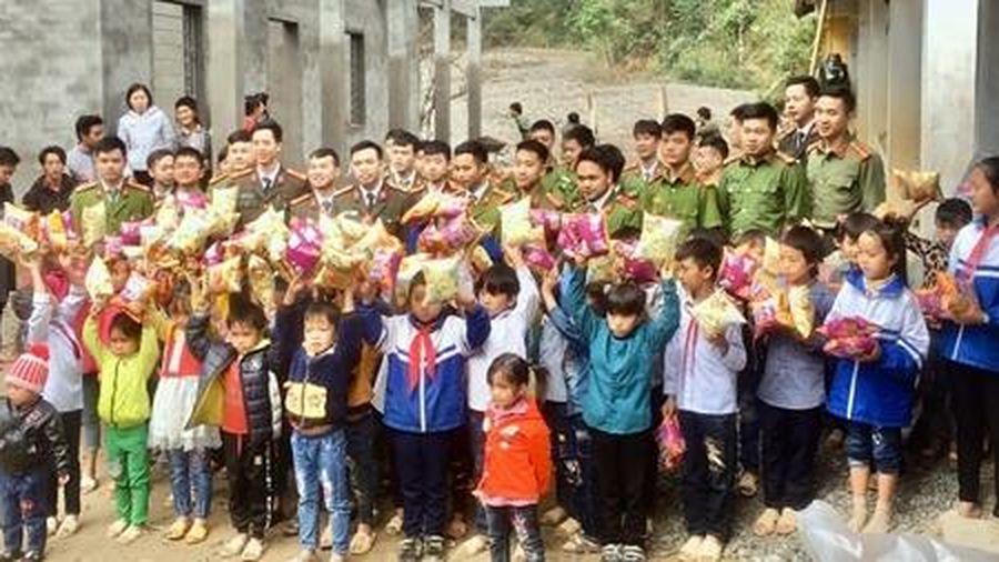 Nâng bước em các em học sinh vùng cao Xà Pèng đến trường