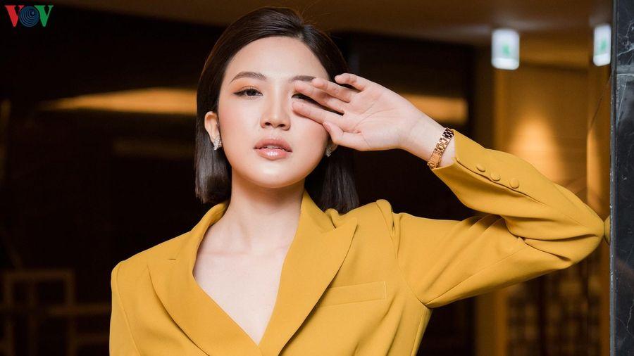 'Tiểu tam' Lương Thanh khác lạ với vest xẻ sâu cá tính