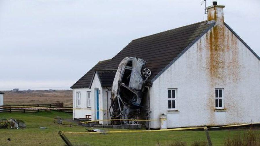 Ô tô chở 3 nam giới đâm vào ngôi nhà khiến cả ô tô lẫn nhà bốc cháy