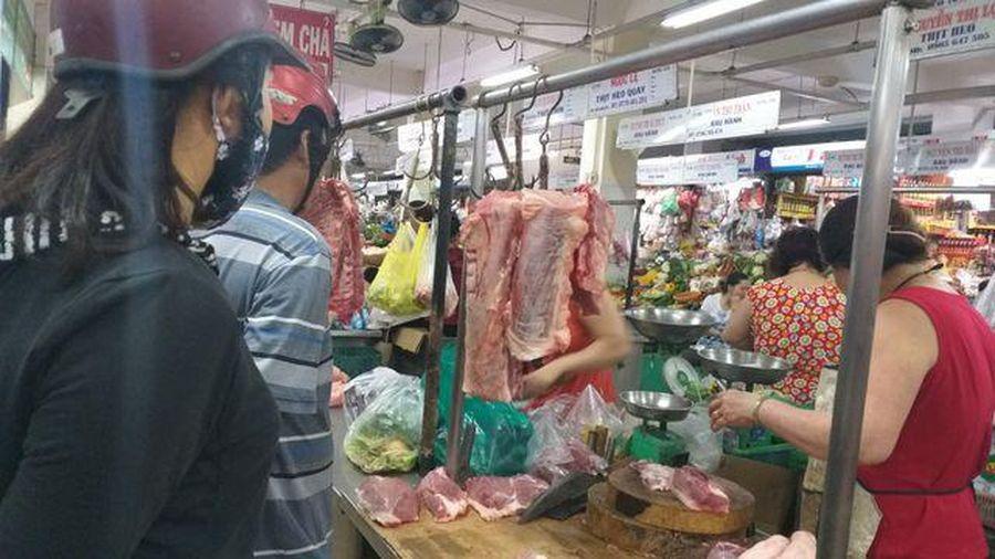 Giá thịt lợn tăng kỷ lục: Tiểu thương 'khóc ròng' vì lỗ nặng