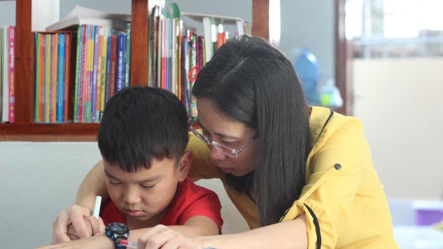 Cô gái khuyết tật và 12 năm dạy chữ miễn phí cho học trò
