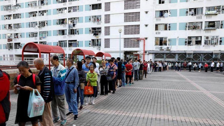 Hàng triệu người Hong Kong đi bỏ phiếu bầu hội đồng địa phương