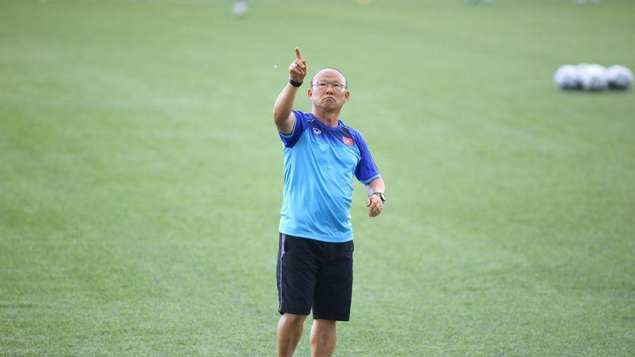 HLV Park Hang Seo nhặt sỏi sân tập, U22 Việt Nam thả lỏng chờ đấu Brunei