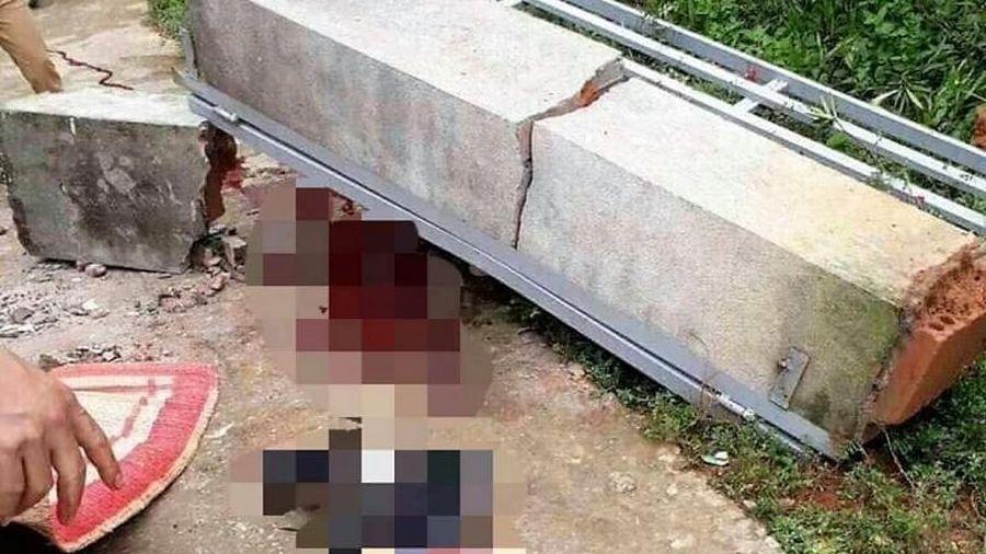 Sập mái cổng nhà đang thi công, hai thợ xây thiệt mạng