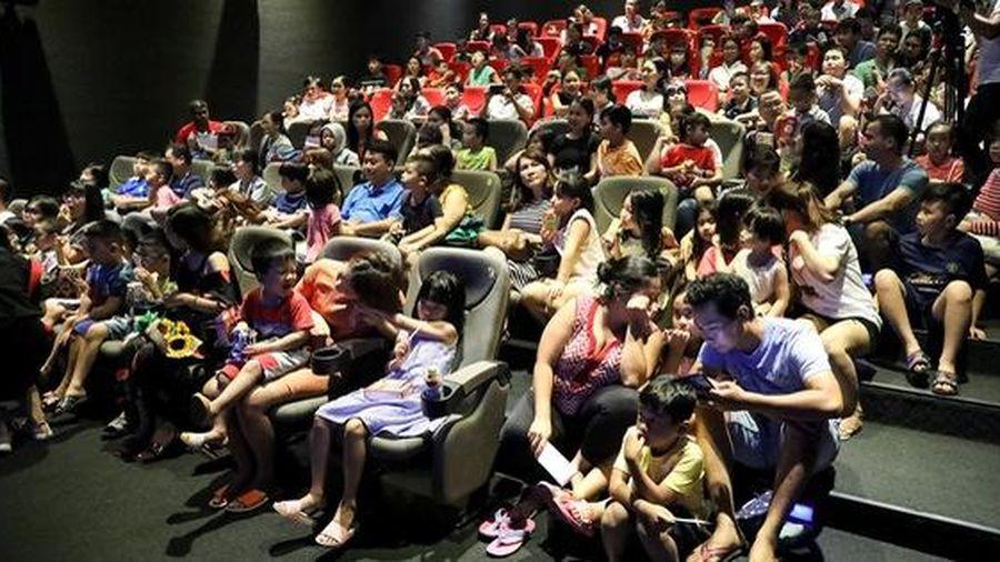 Khán giả Vũng Tàu xếp hàng dài, ngồi bệt xem phim ở tuần liên hoan phim Việt Nam lần thứ XXI