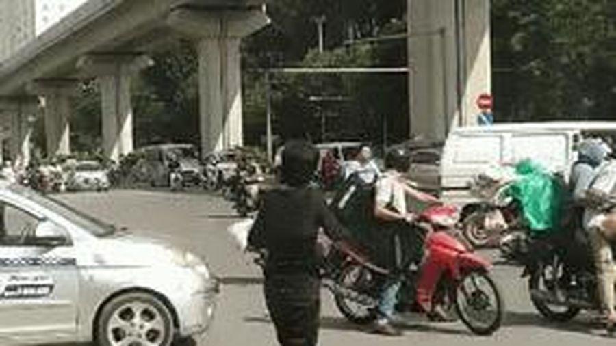 Clip: 2 người đàn ông lao vào đánh nhau tới chảy máu giữa đường sau va chạm giao thông