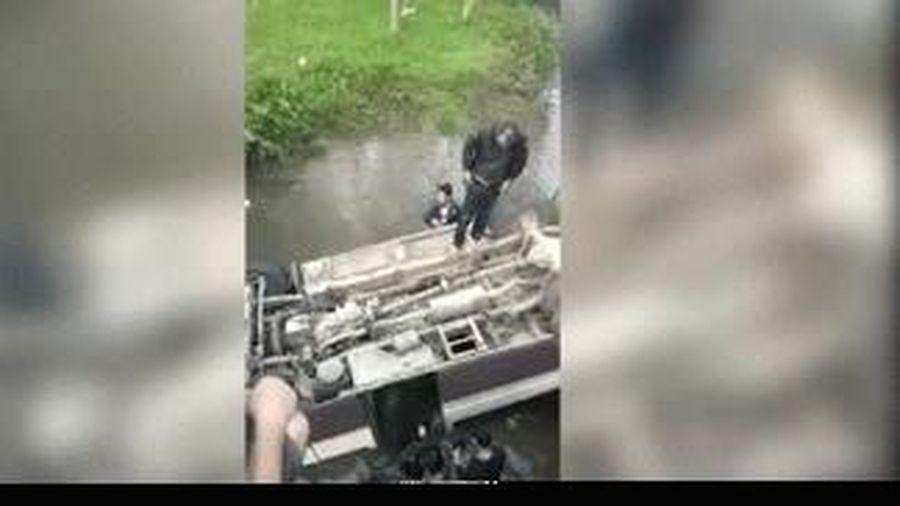 Clip: Xe khách lao xuống sống, 7 người thoát nạn chui ra ngoài