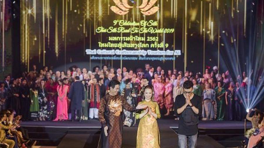 Vợ chồng Đại sứ Việt Nam trình diễn áo dài Rồng Phượng tại tuần lễ thời trang Lụa Thái