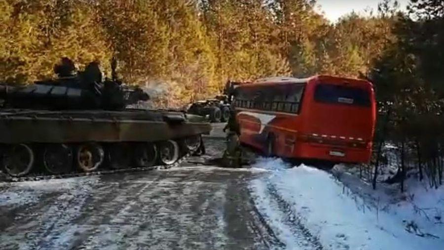 Nga huy động xe tăng T-72 giải cứu xe buýt chở khách bị mắc kẹt