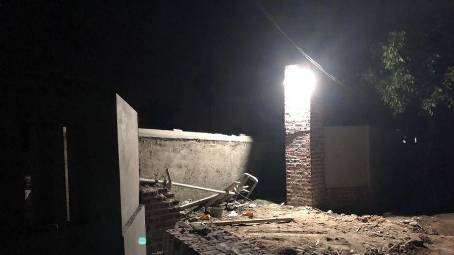 Mái cổng đang thi công đổ sập, 2 thợ xây tử vong